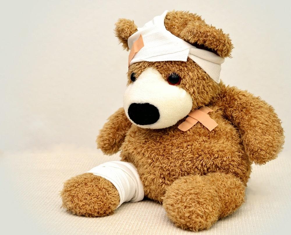 Orsacchiotto con medicazioni che simboleggia il servizio di assistenza ospedaliera