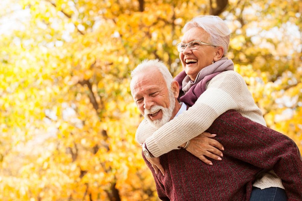 Foto di due anziani che si abbracciano per festeggiare San Valentino e l'amore nella terza età