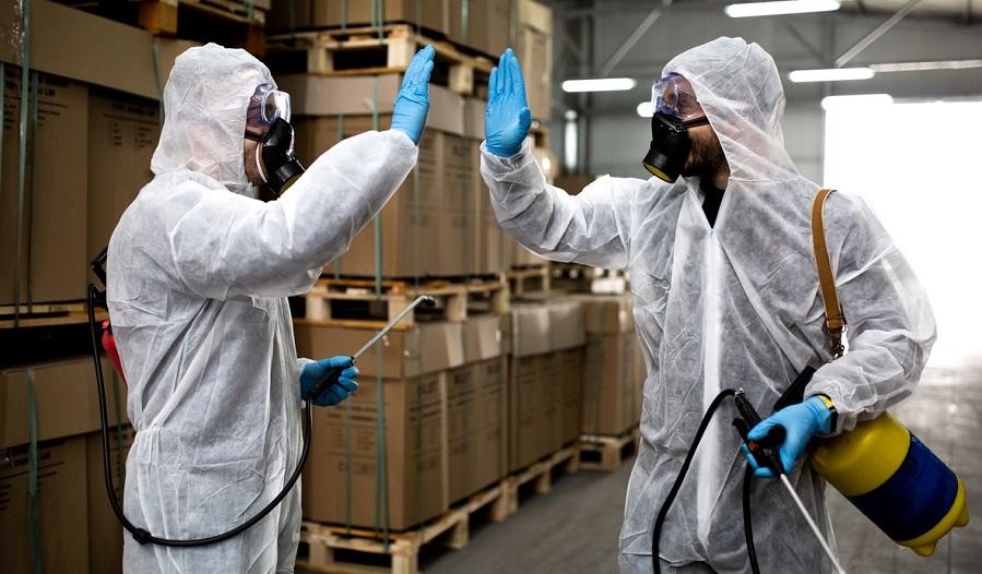 Due operatori che sono impegnati nella sanificazione ambienti