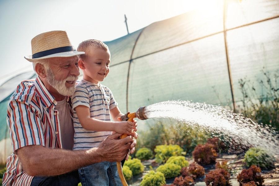 Immagine evocativa per sensibilizzare il pubblico a prevenire la disidratazione negli anziani