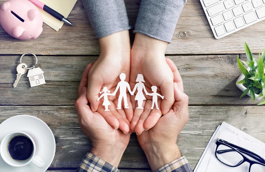 Mani di amministratore di sostegno che proteggono simbolo di famiglia