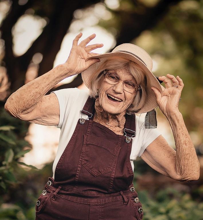 Donna che ride per la Giornata mondiale della risata