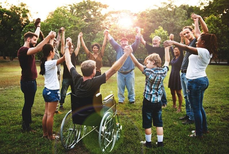 Persone in cerchio con mani unite a simboleggiare cooperativa sociale